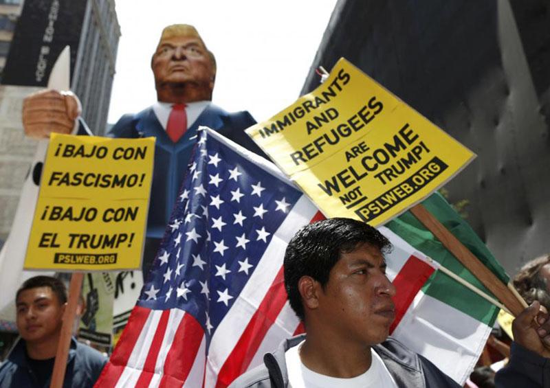 トランプに反対するデモ