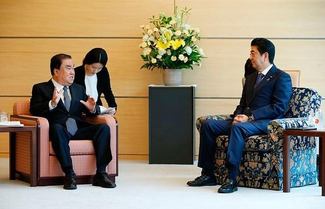 ムン・ヒサン(文喜相)大統領特使と安倍晋三首相